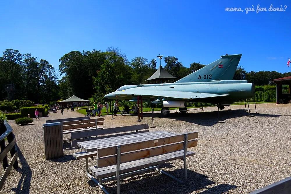 Mesas de pícnic y avión en el Castillo de Egeskov