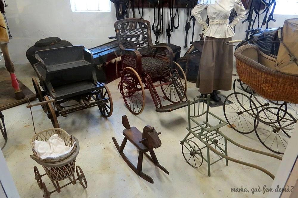 Exposición de sillas de ruedas, cochecitos de bebés y carros en el Castillo de Egeskov