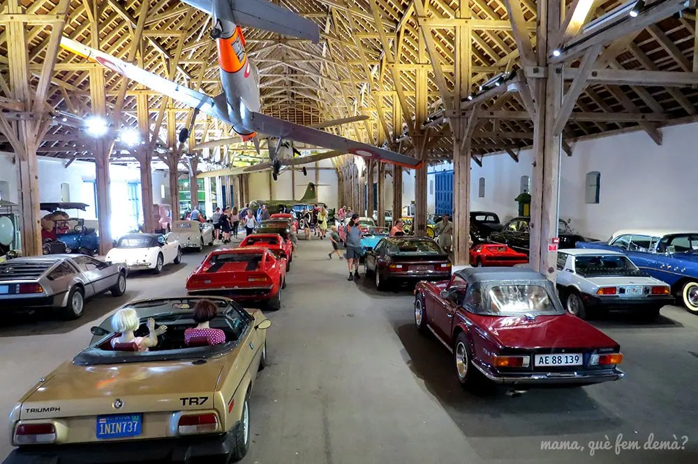 Interior del museo de automóviles de época del Castillo de Egeskov