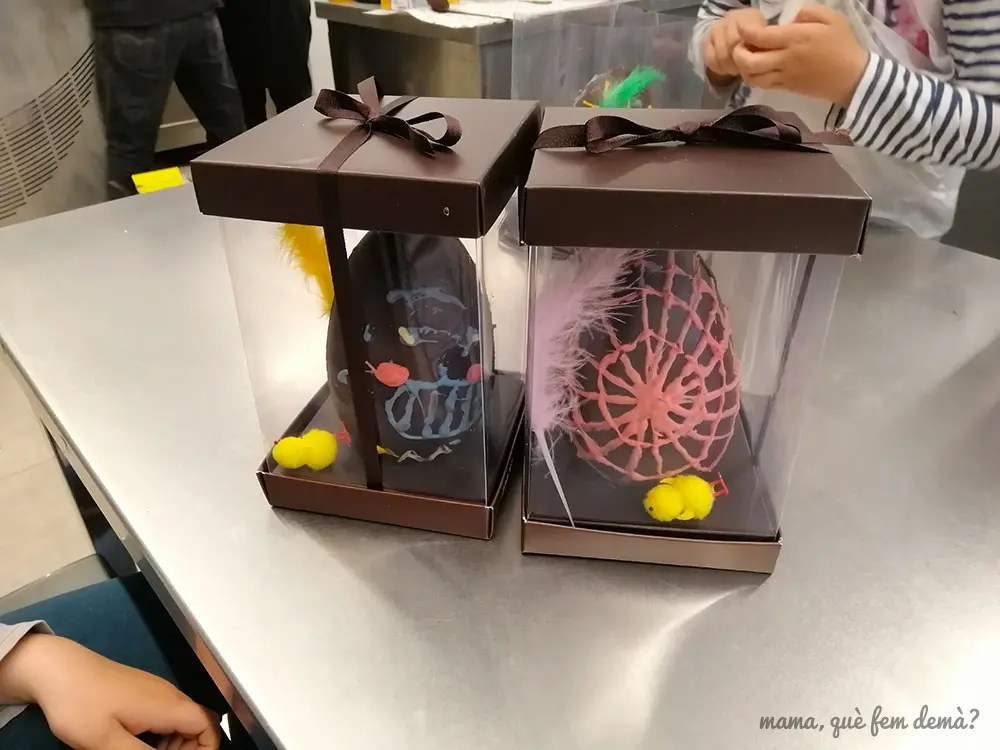 Dos huevos de Pascua decorados y metidos en sus cajas de cartón en el Museu de la Xocolata de Barcelona