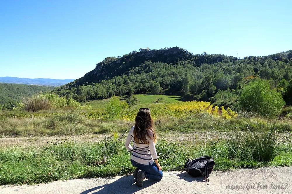 Mujer mirando el Santuari del Foix desde  Can Rossell de les Bassegues.