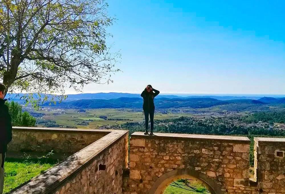 Mujer encima de la muralla del Santuari del Foix con vistas de todo el penedès