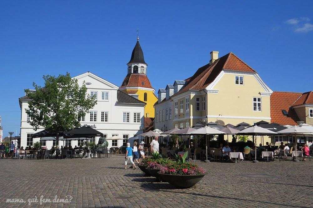 plaza Torvet con el campanario amarillo de la antigua iglesia de San Nicolás