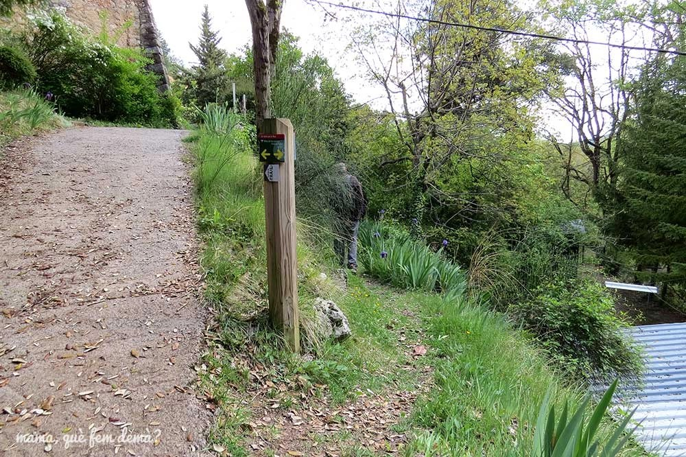 """Cruce de caminos en la masia Cal Patzí en la ruta """"Un tomb per la Nou"""""""
