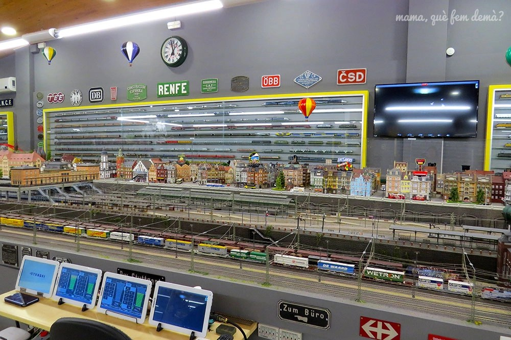 Cuadro de mandos y estación de tren en el Railhome BCN