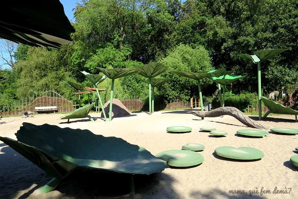 Parque infantil en el parque Munke Mose de Odense, Dinamarca