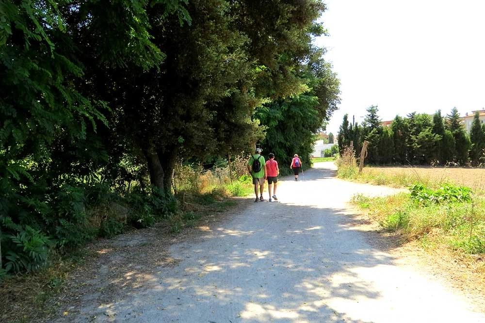 Tres personas caminando por la calle Escorxador de Santa Maria de Palautordera