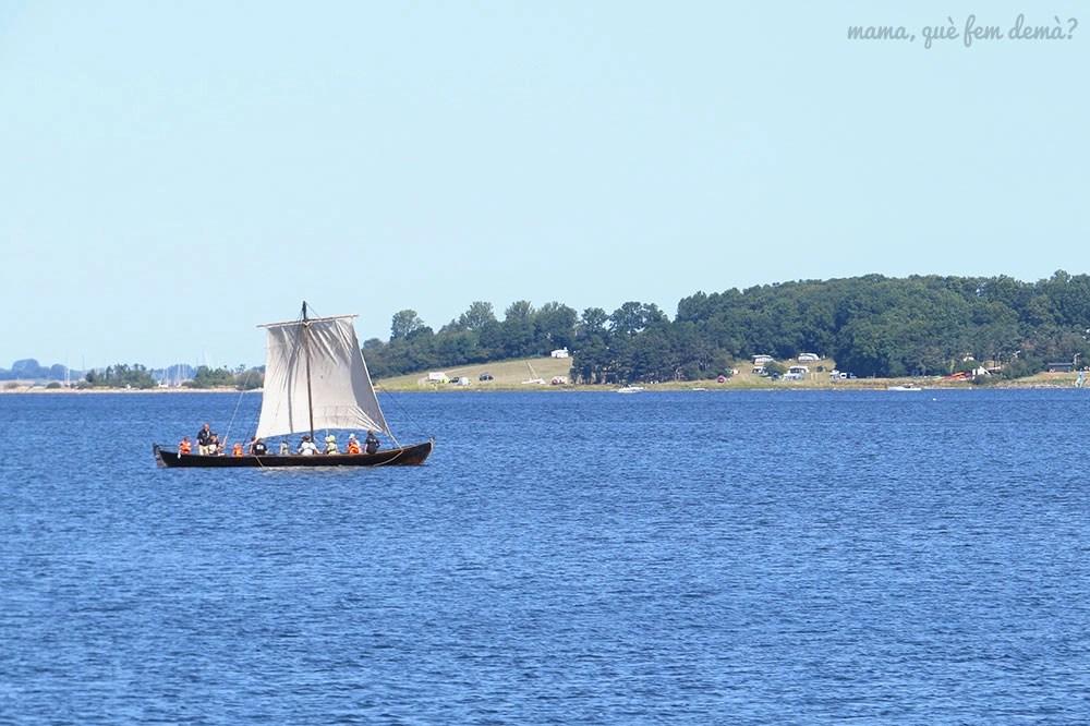 Barco vikingo navegando por el fiordo de roskilde