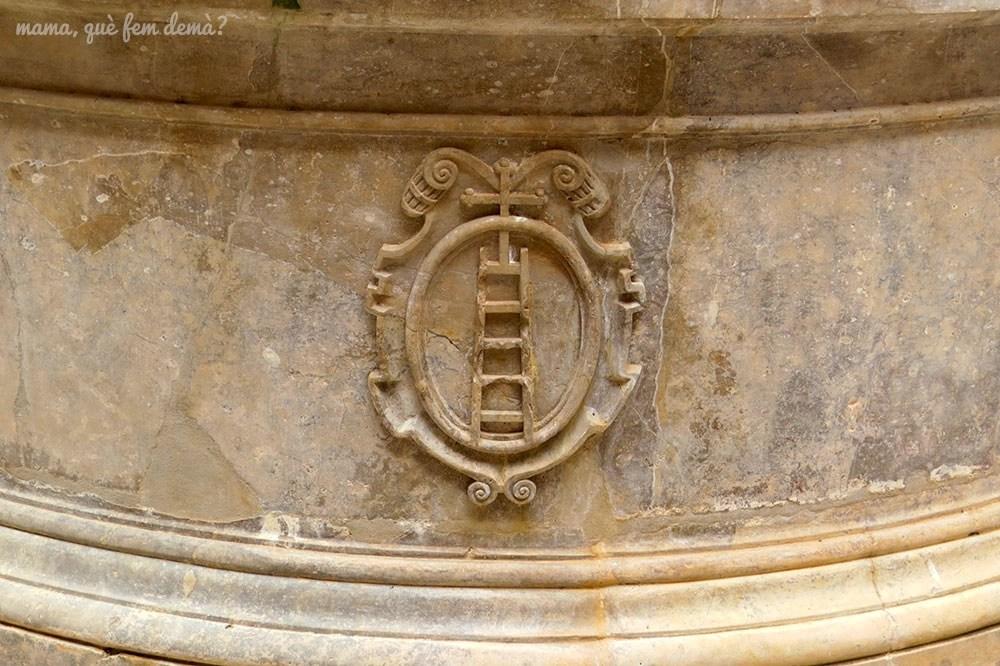 Detalle de la escalera hacia el cielo (Scala Dei) de la fuente del claustro menor de la  Cartoixa d'Escaladei
