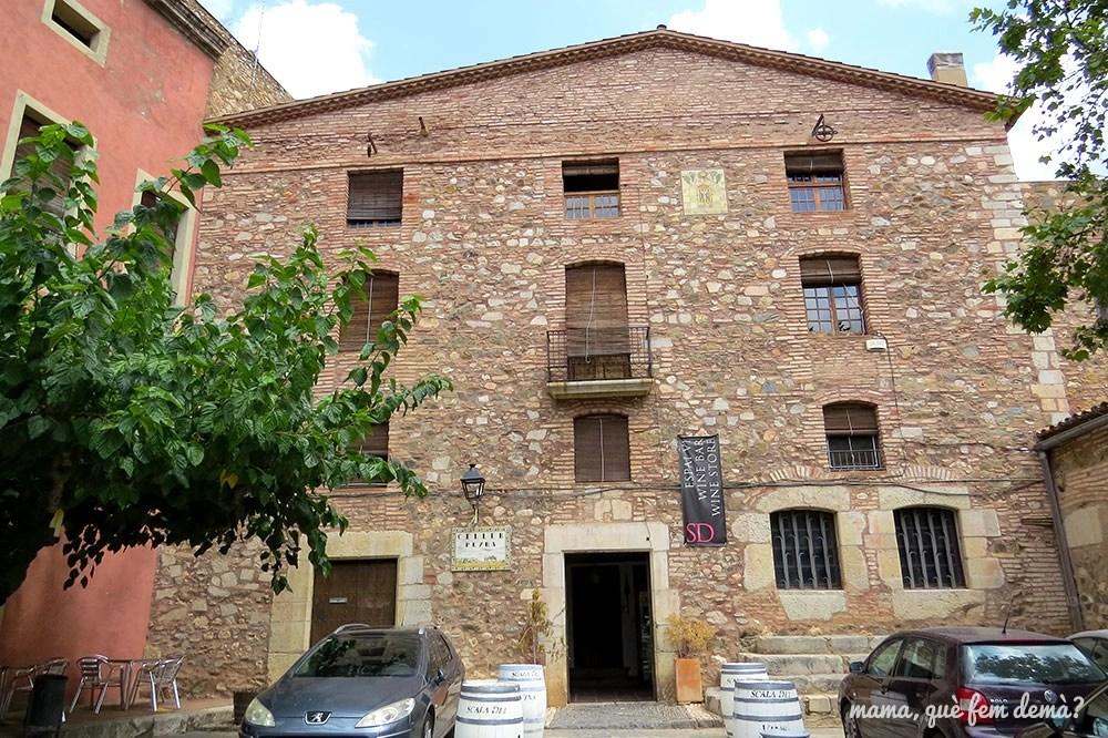 Fachada de la bodeha Scala Dei en el pueblo de Escaladei
