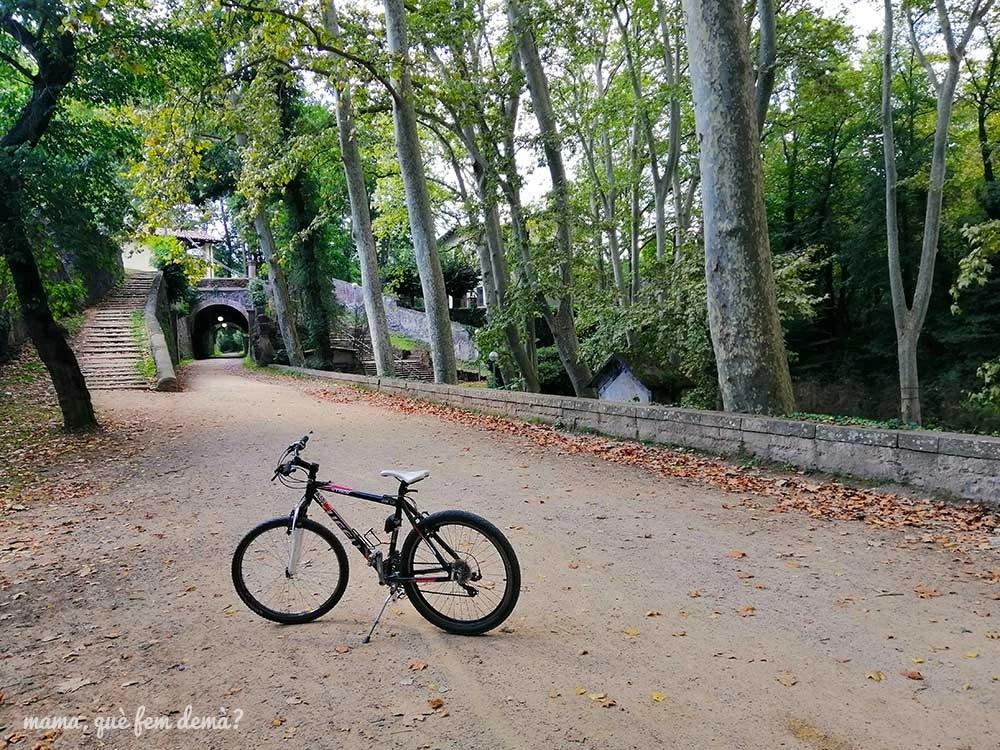 Bicicleta en el paseig de les Fonts de Sant Roc en Olot
