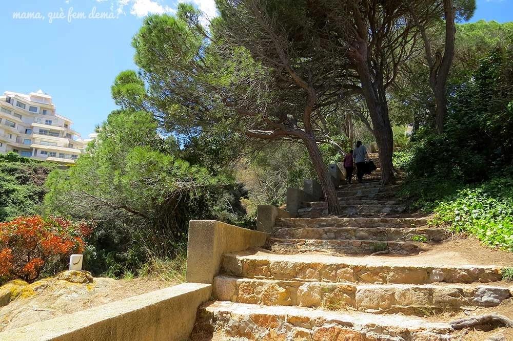 Escaleras en el camí de ronda de Sant Feliu de Guíxols a la platja de Sant Pol