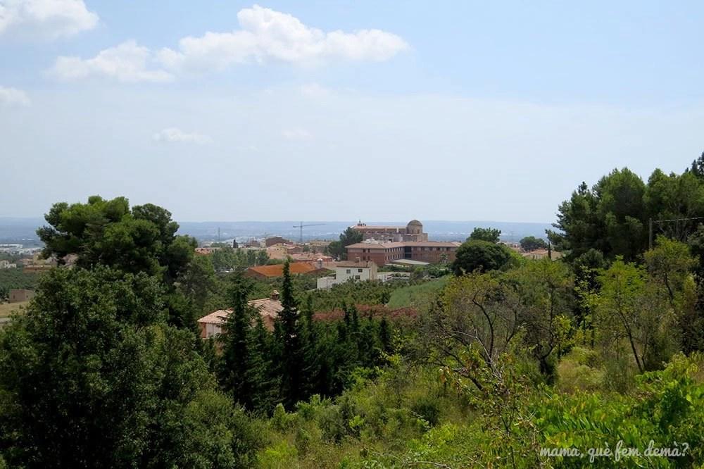 Vistas de la iglesia y del pueblo desde el Camí del Rec de la Selva del Camp