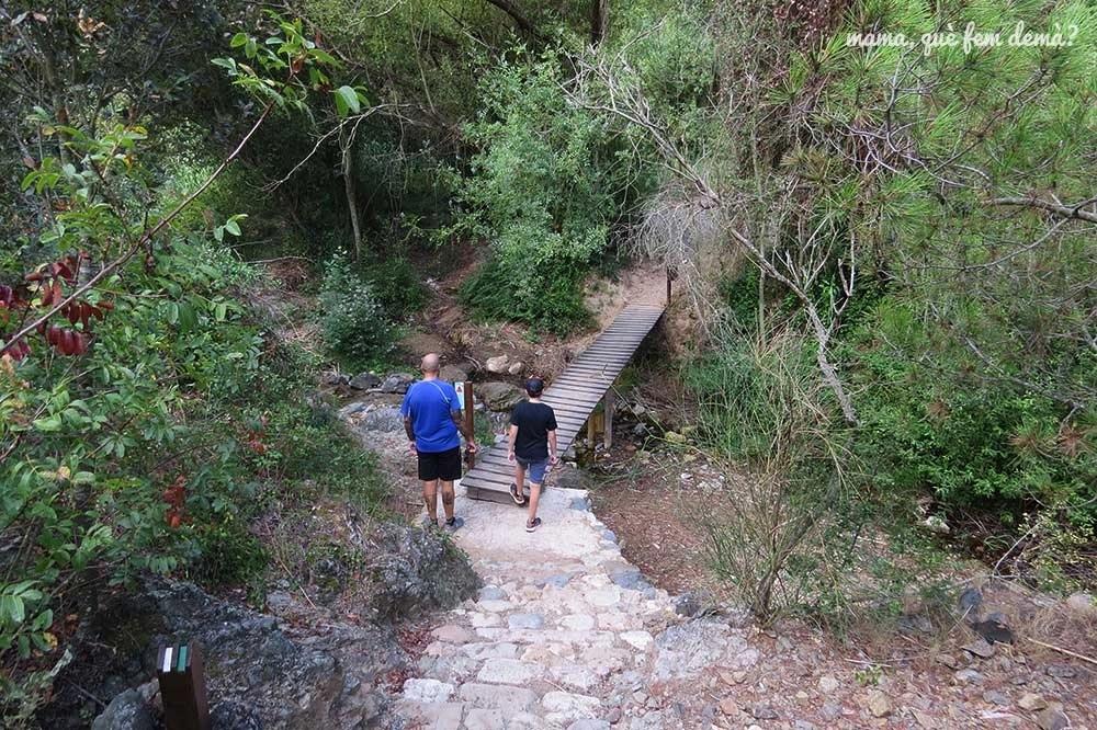Personas cruzando un puente de madera en Camí del Rec de la Selva del Camp