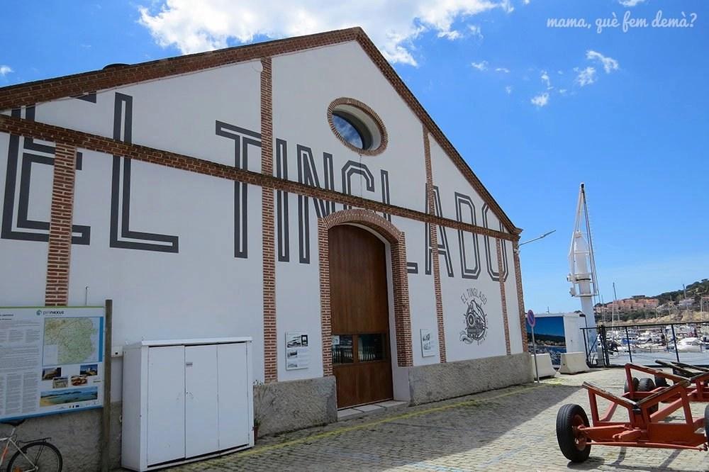 Exterior del bar El Tinglado del puerto de Sant Feliu de Guíxols
