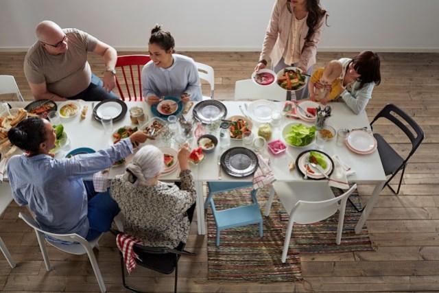 niños cocinar preparar cena juntos