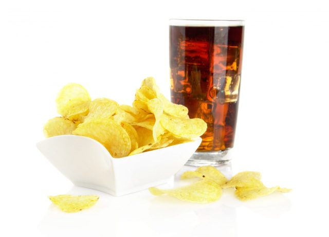 Cola en Chips bij ziek zijn tegen darmklachten Shutterstock door Tadeusz Wejkszo