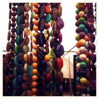 Collares, pulseras y anillos abundan en estas ferias. Hay tantos que cuesta escoger sólo uno.
