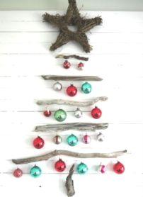 Este diseño de completely-coastal.com también es original y sencillo: ramas secas, bolitas brillosas y una estrella rústica en la punta