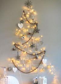 colorful.eu.com nos presenta esta idea de un arbolito dibujado en la pared con tiza y decorado con luces y guirnaldas. ¡Fabuloso!