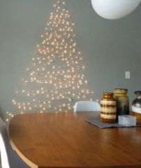 Shelterness.com presenta esta idea simple pero muy 'luminosa' de hacer el arbolito navideño