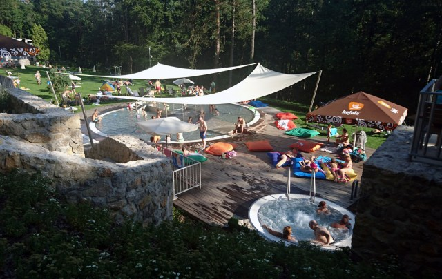 Pohľad zhora na detský bazén