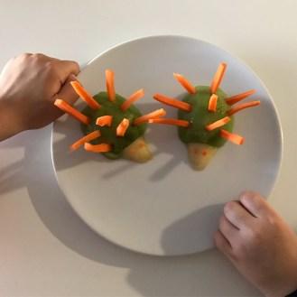Fruta divertida, erizos de kiwi y zanahoria