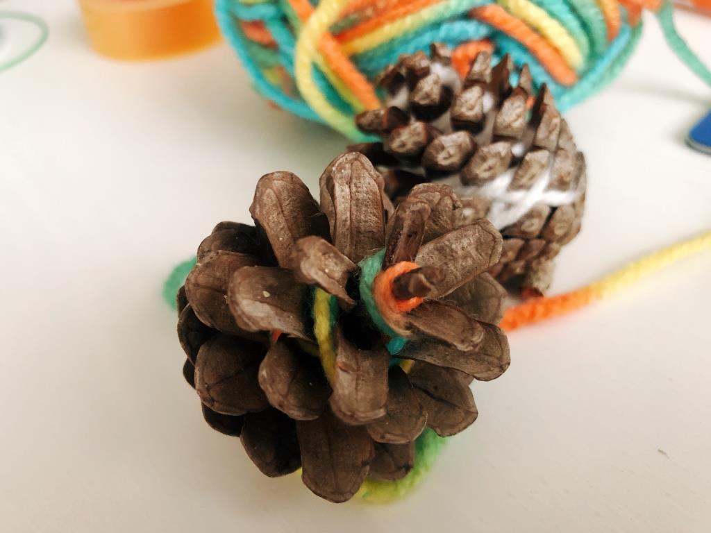 piñas con lana para el arbol de navidad