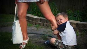 ¿Por qué mi hijo preescolar se porta mal solo conmigo?