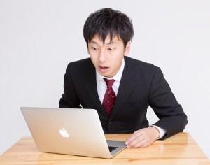 驚く表情をするビジネスマン