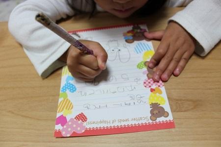 手紙を書く子供の画像