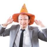 ハロウィンの仮装をする男性