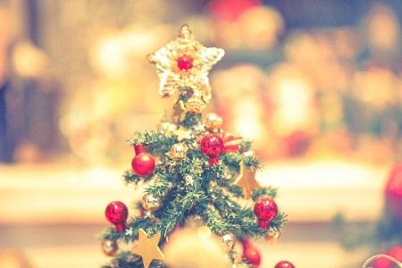 日本と海外の違い、クリスマスツリーはいつまで飾る?