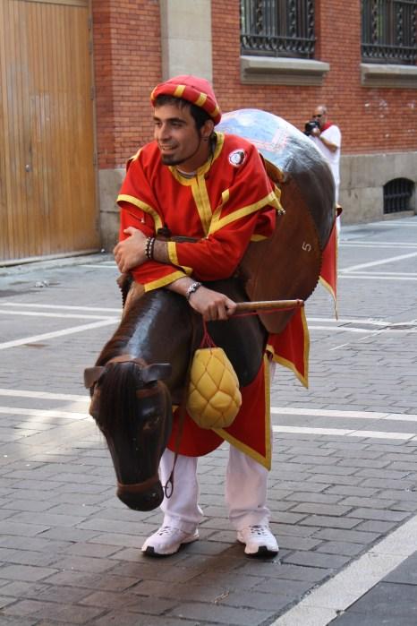 Un caballero medieval juega con los niños.