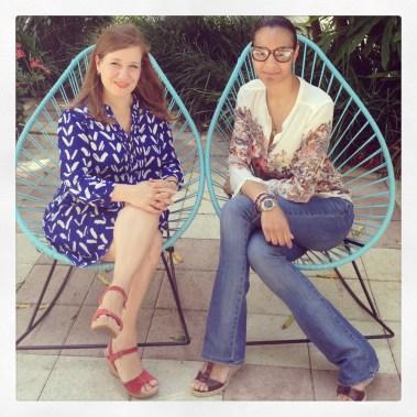Tras la entrevista aprovechamos para posar ambas en estas hermosas sillas acapulco color azul turquesa.