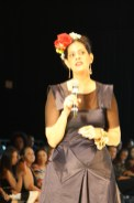 Mercedes González luciendo un hermoso tocado muy al estilo de Frida Kahlo.