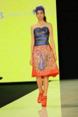 Aquí un vestido con un hermoso estampado en forma de pavorreal hecho a mano.