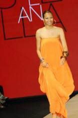 Stella contrastó con los alegres estampados que lucieron sus modelos, pero el hermoso color de su vestido sirvió como hilo conductor.