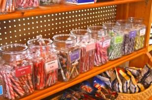 """En la tiendita de regalos de la granja se pueden encontrar dulces """"vintage"""", como los que eran muy populares entre los niños de las décadas de los 60 y 70."""