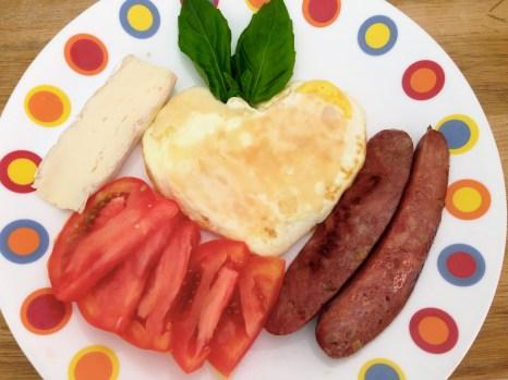 Complemento: tomate, salchicha de pavo, queso brié y unas hojitas de albahaca.