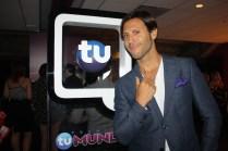 Quique Usales posa frente al letrero de Premios Tu Mundo.