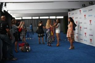 Un vistazo de la continuación de la alfombra azul en backstage.