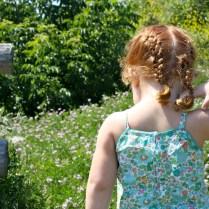 Cristina observando todas las flores silvestres que se cruzaron en nuestro camino.