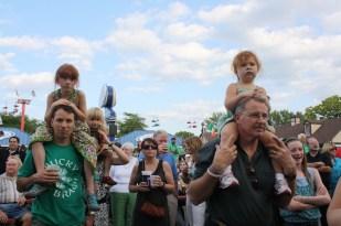 Cristina en los hombros de Bruce durante el Irish Fest.