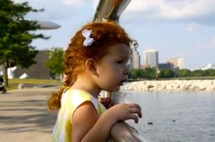 Cristina viendo hacia el Lago Michigan desde el centro de Milwaukee.