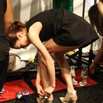 Una modelo probándose los zapatos que usaría para el desfile de Son Jung Wan