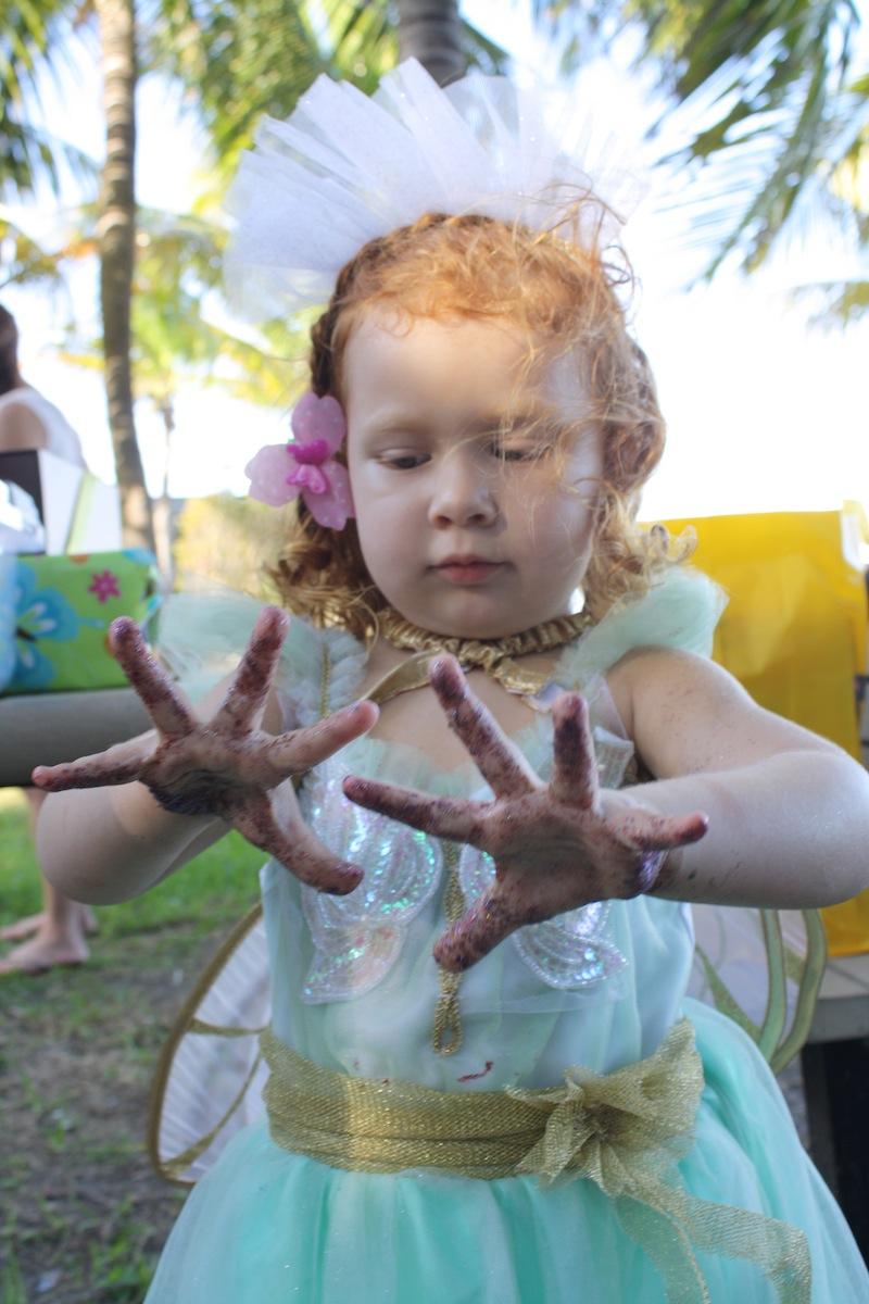 Cristina con las manos llenas de brillantina.