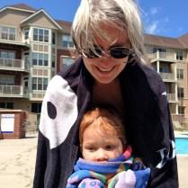 Ellen y Cristina después de nadar en la alberca.