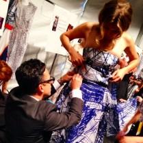 El mismísimo diseñador Luis Antonio arregla uno de los vestidos minutos antes de salir. a pasarela.
