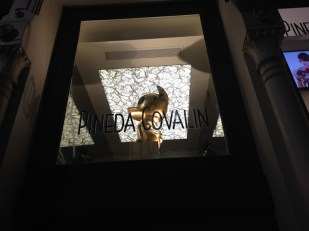 Así luce la entrada de Pineda Covalín Nueva York.